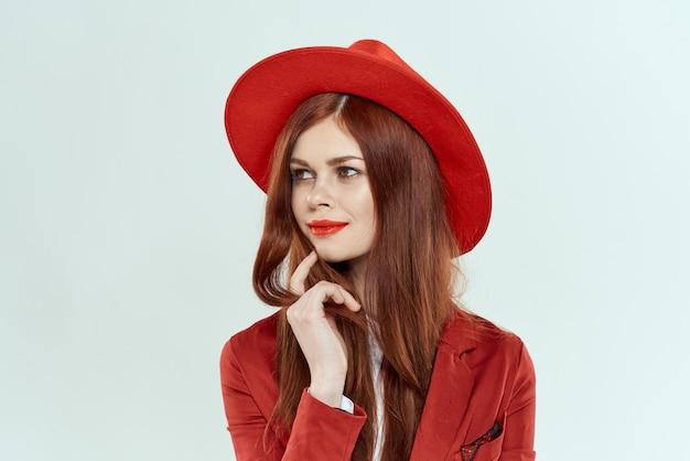 Schöne frau im roten hut blazer eleganten stil hellen hintergrund