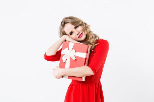 Schöne frau im roten kleid mit großer geschenkbox isoliert geschenk für geliebten menschen