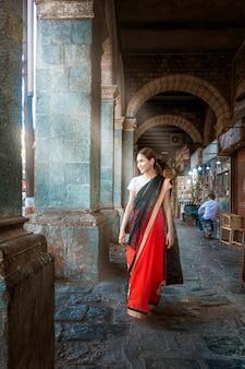 Schöne frau im sareestoff in mumbai, indien