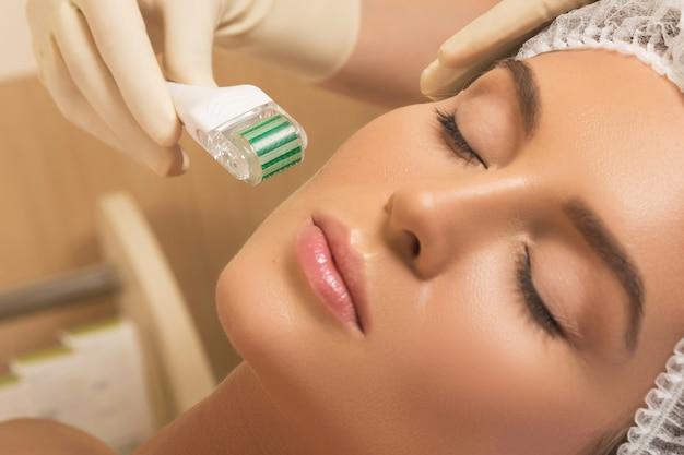 Schöne frau im schönheitssalon während des mesotherapieverfahrens.