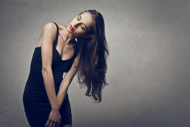 Schöne frau im schwarzen kleid
