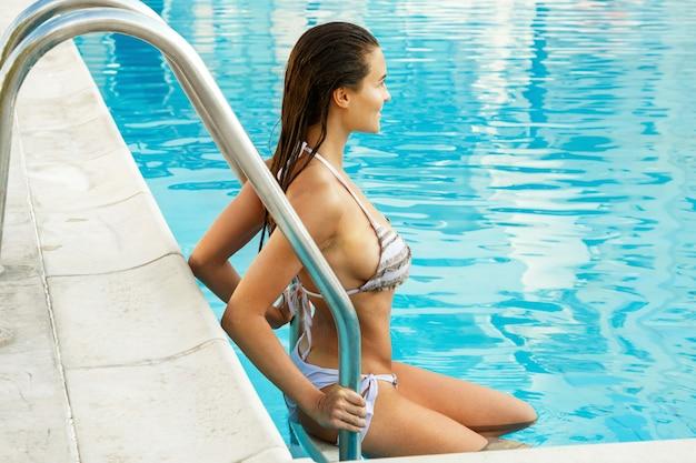 Schöne frau im schwimmbad