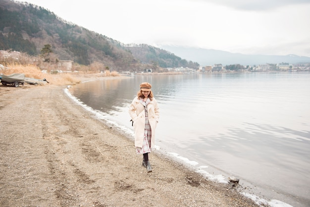 Schöne frau im see kawaguchiko, japan