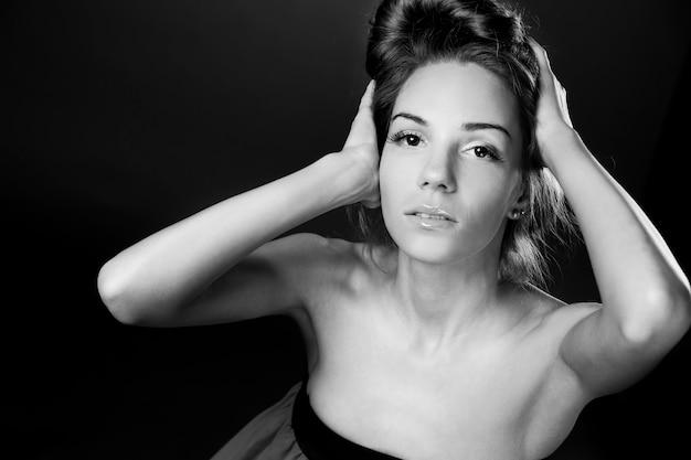 Schöne frau im studio schwarz-weiß-fotografie