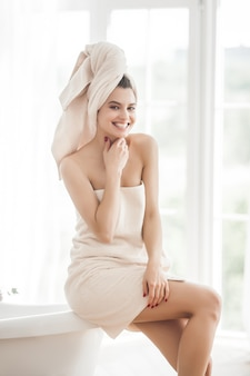 Schöne frau im tuch nach dem baden
