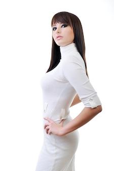 Schöne frau im weißen eleganten kleid posiert