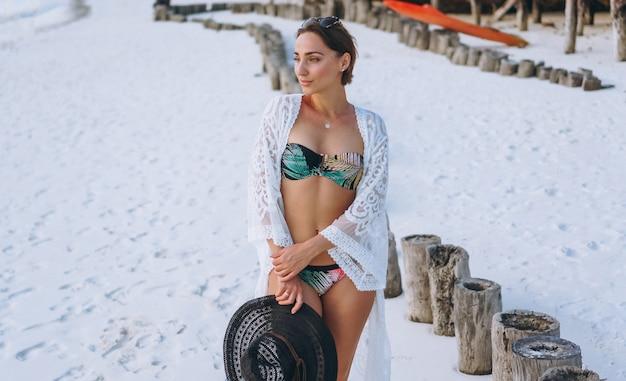 Schöne frau in badebekleidung am meer