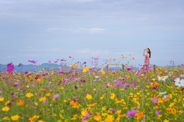 Schöne frau in der naturblume.