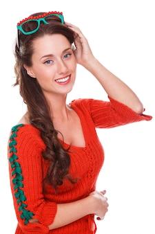 Schöne frau in der roten strickjacke