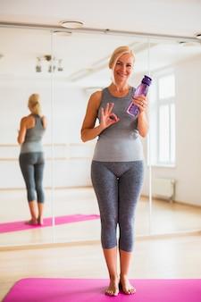 Schöne frau in der sportkleidung bereit zu trainieren