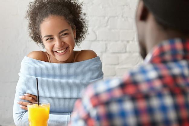 Schöne frau in einem café mit freund