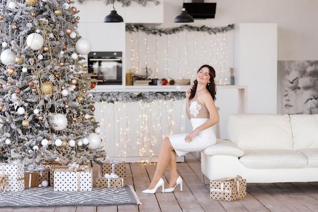 Schöne frau in einem eleganten kleid an weihnachten