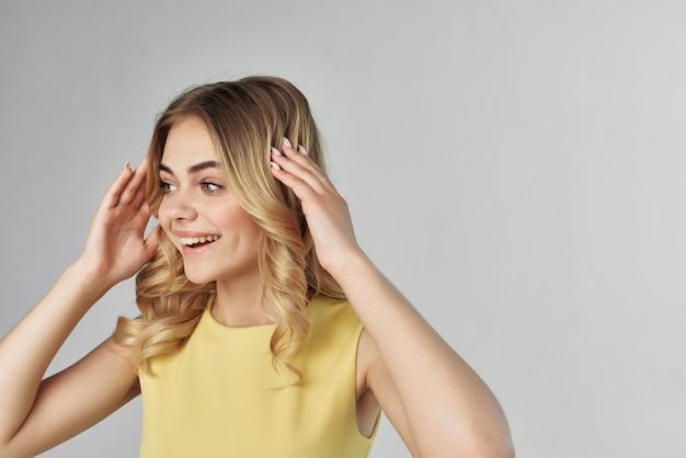 Schöne frau in einem gelben kleid spaß abgeschnittene ansicht mode