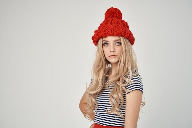 Schöne frau in einem gestreiften t-shirt mit rotem hut beschnittener blick-glamour
