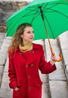 Schöne frau in einem roten mantel