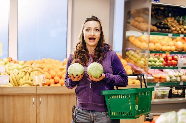 Schöne frau in einem supermarkt