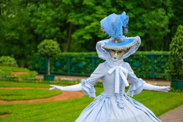 Schöne frau in einer maske aus dem venezianischen karneval