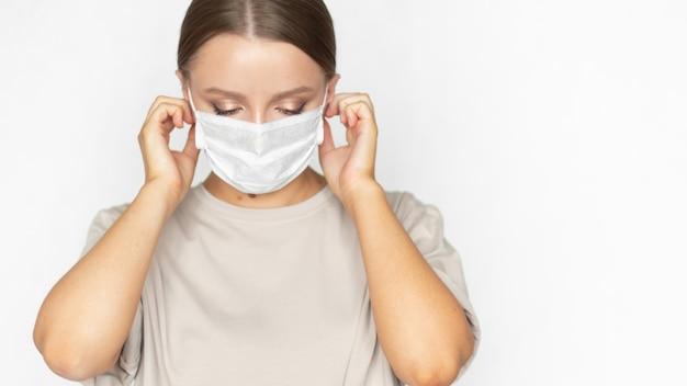 Schöne frau in einer medizinischen maske