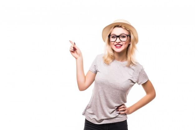 Schöne frau in gläsern, die etwas auf der handfläche und am finger zeigen
