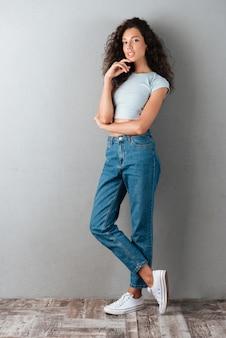 Schöne frau in jeans