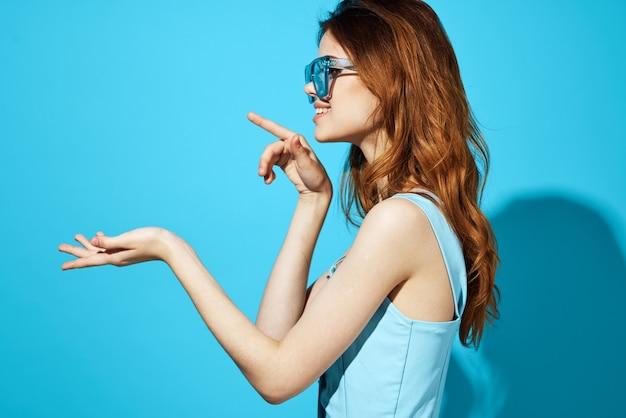 Schöne frau in modischer brille isolierter hintergrund attraktiver look