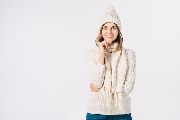 Schöne frau in warme kleidung