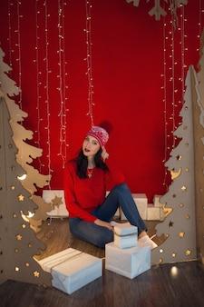 Schöne frau in warmer kleidung an weihnachten