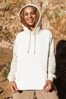 Schöne frau in weißer hoodie-wintermode