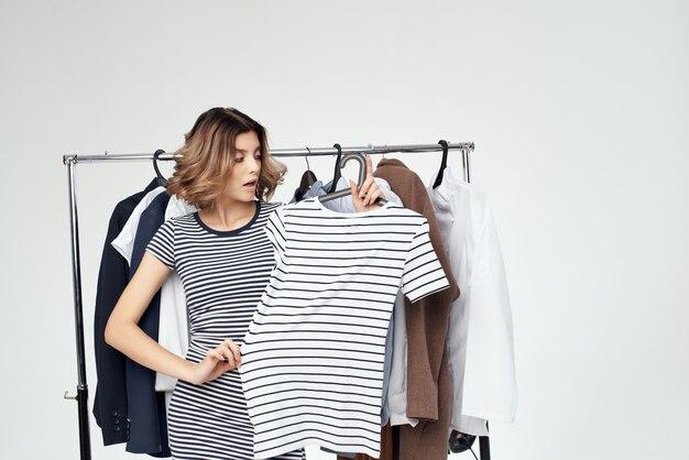 Schöne frau kleiderbügel einkaufen isolierten hintergrund