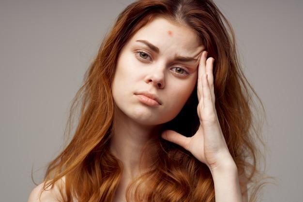 Schöne frau kosmetik hautpflege pubertät heller hintergrund. foto in hoher qualität