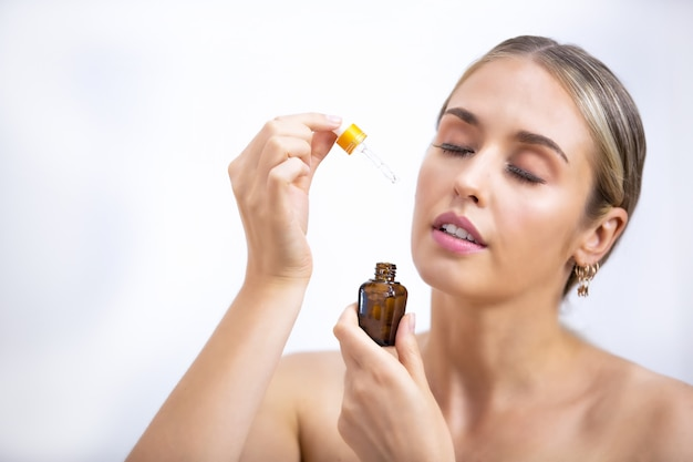 Schöne frau kosmetische natürliche make-up hand berühren haut schönheit modell gesicht, schönheit hautpflege-konzept