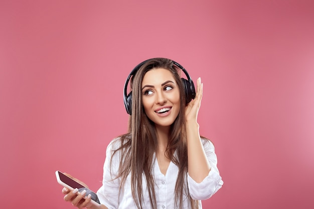 Schöne frau lächelt und genießt lieblingsmusik