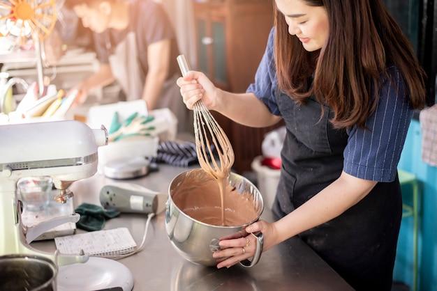 Schöne frau macht bäckerei