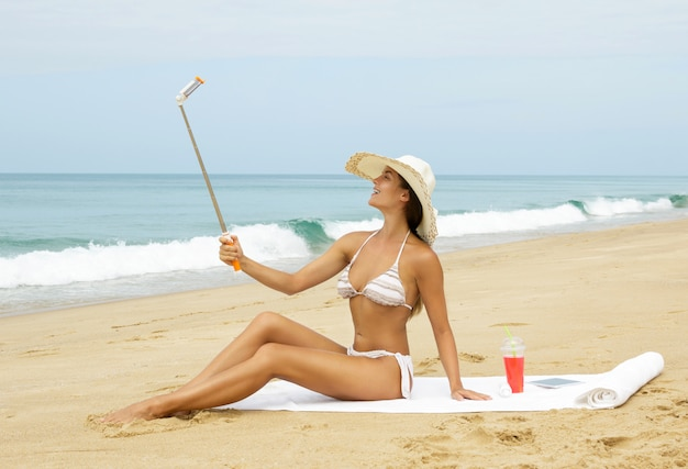 Schöne frau macht selfie am strand