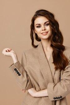 Schöne frau make-up mantel mode glamour studio