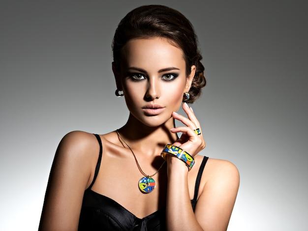 Schöne frau mit abend make-up schmuck und schönheit mode foto