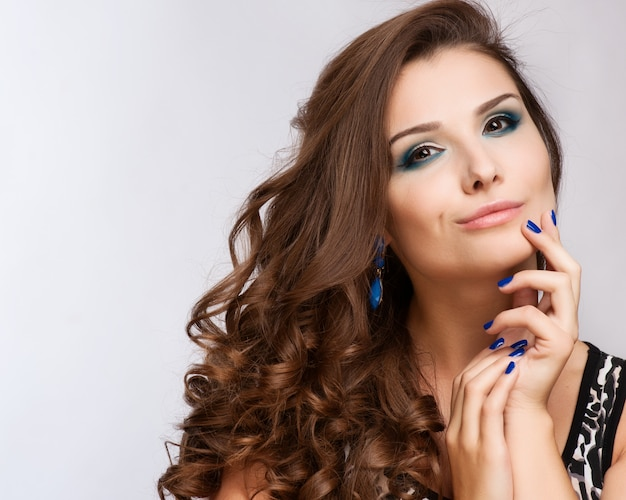 Schöne frau mit abend make-up. schmuck und schönheit. modefoto