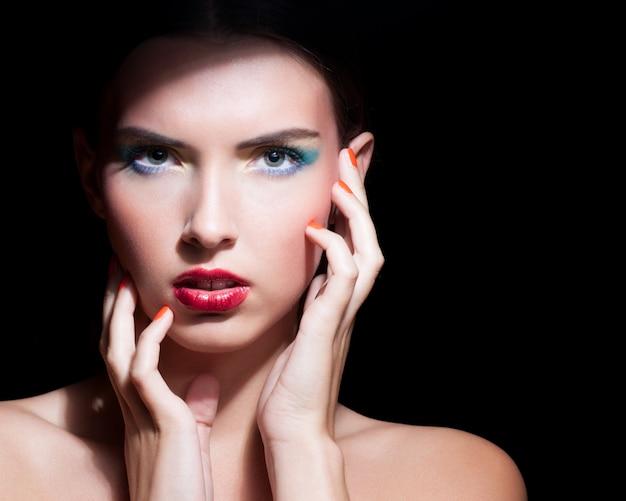Schöne frau mit abend make-up