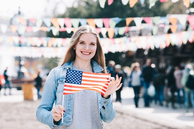 Schöne frau mit amerikanischer flagge am unabhängigkeitstag