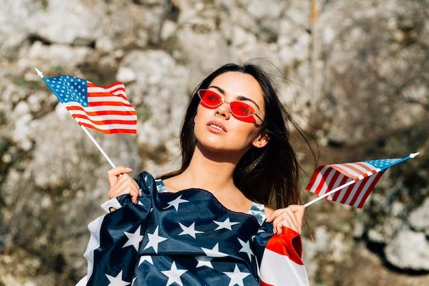 Schöne frau mit amerikanischer flagge
