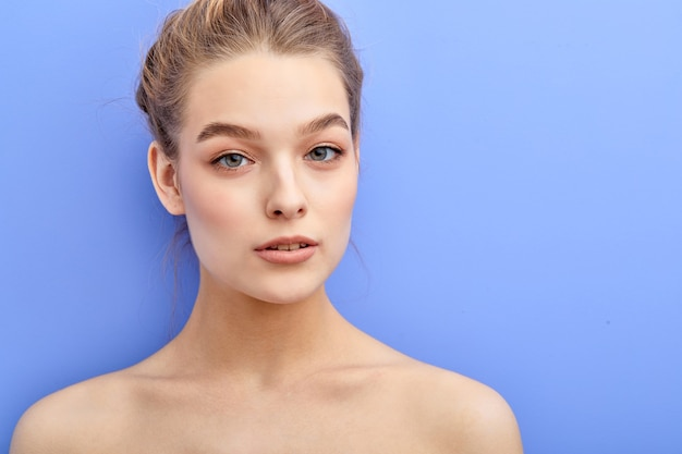 Schöne frau mit blauen augen und natürlichem make-up