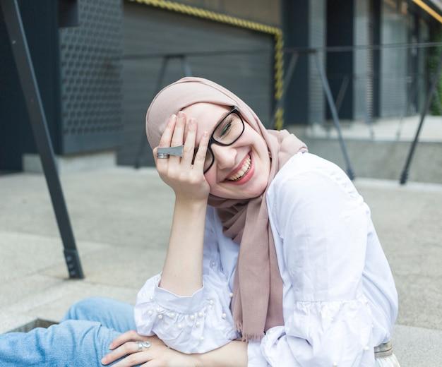 Schöne frau mit brille und hijab