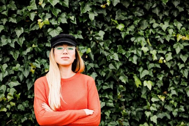Schöne frau mit brille und modehut