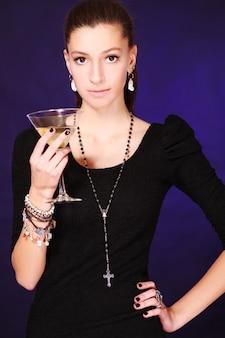 Schöne frau mit cocktail
