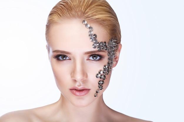 Schöne frau mit dem haar, das und kreatives make-up anredet