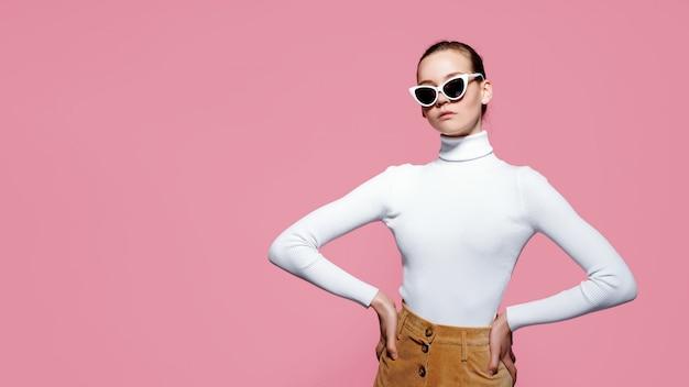 Schöne frau mit dem weißen pullover, der aufwirft