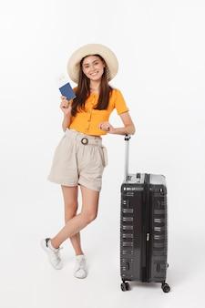 Schöne frau mit der orange bluse bereit zu reisen