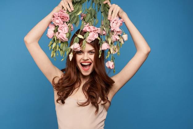Schöne frau mit einem blumenstrauß von rosa blumen, frühlingsmodellporträt