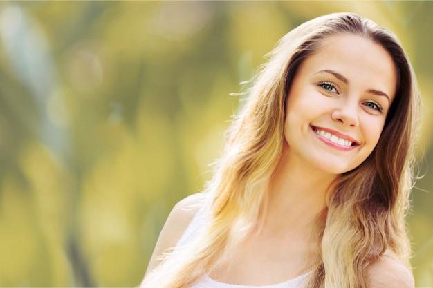 Schöne frau mit einem strahlenden, perfekten lächeln