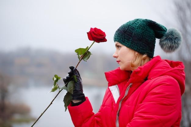 Schöne frau mit einer rose